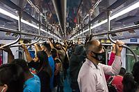 SÃO PAULO, SP, 10.03.2021:  Movimentação CPTM SP - Em meio aumento de casos e internações pela Covid -19 e o estado de São Paulo na fase vermelha com restrições de circulação. Passageiros se aglomeram na manhã desta quarta - feira  (10) , nos trens da linha 7 Rubi da CPTM que liga o cidade de Francisco Morato a Estação Luz na região central da cidade de São Paulo