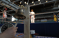 Boxen in Delitzsch, Ostdeutsche Meisterschaft und Rosenpokal im Kultur- und Sportzentrum.   im Bild: Feature Ringglocke zur Kampferoeffnung. .Foto: Alexander Bley