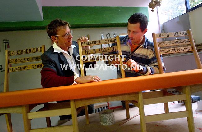 Beekbergen, 041001<br />Henny van Malsen begeleid een ex-verslaafde met meubelmaken. <br />Foto: Sjef Prins / APA Foto