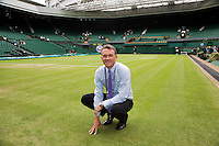 29-06-12, England, London, Tennis , Wimbledon, Neil Stubley, head groundsman inspects centercourt grass