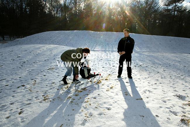 """hoge veluwe 310103 na de"""" witte"""" fietsen die het park de hoge veluwe sinds de tachtiger jaren met veel succes  heeft ingezet, is vandaag ook de """" witte"""" slee geintroduceerd. Net nu het gesneeuwd heeft, en er morgen nog meer sneeuw verwacht wordt staan er 50 """"witte"""" sleeen voor de bezoekers die samen met hun kinderen van het winterse park willen genieten. <br />foto:een gezinnetje profiteerde vandaag al van het gisteren gevallen sneeuwlaagje<br />foto frans ypma APA-foto"""