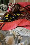 Foto: VidiPhoto..MASVINGO - Topdrukte in het missieziekenhuis Morgenster in Masvingo Zimbabwe. Omdat er nauwelijks medicijnen voorhanden zijn en veel staatsziekenhuizen nog plat liggen vanwege stakingen, krijgen de missieziekenhuizen in Zimbabwe te maken met een enorme golf aan patiënten uit de wijde regio. Zo ook het missieziekenhuis Morgenster bij Masvingo, dat gerund wordt door de Nederlandse arts Herman ten Hove. Het ziekenhuis wordt onder meer financieel gesteund door de Nederlandse zendingsorganisatie GZB. Foto: Een vrouw met aids.