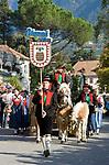 Italien, Suedtirol, Meran: Trachtenumzug waehrend des Traubenfestivals | Italy, Merano: parade in traditional costumes during wine festival