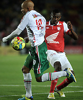BOGOTA- COLOMBIA -04 -02-2014: Marlon Barrios (Der.) jugador de Independiente Santa Fe disputa el balón con Jonathan Estrada (Izq.) jugador de Patriotas FC en durante partido de la tercera fecha de la Liga Postobon I 2014, jugado en el Nemesio Camacho El Campin de la ciudad de Bogota. / Marlon Barrios (R) player of Independiente Santa Fe vies for the ball with Jonathan Estrada (L) player of Patriotas FC during a match for the thrid date of the Liga Postobon I 2014 at the Nemesio Camacho El Campin Stadium in Bogoto city. Photo: VizzorImage  / Luis Ramirez / Staff