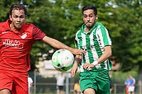 Joscha Wolf (Bauschheim) und Emre Kanmaz (Klein-Gerau verfolgen den Ball - 15.08.2021 Büttelborn: SV Klein-Gerau vs. SKG Bauschheim, A-Liga