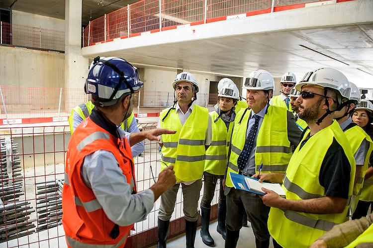 Visite du chantier de la station métro du Capitaine Gèze, le jeudi 11 juin 2015, à Marseille, par le président de Marseille Provence Métropole, Guy Teissier, en présence de Philippe IDRAC, Directeur de projet Chantiers Modernes, et Rémi TEMPIER, Responsable aménagements, Infrastructures et transports ARTELIA.
