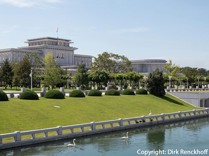 Park mit Mausoleum von Kim Il Sung und Kim Jong Il, Pyongyang, Nordkorea, Asien<br /> Park with mausoleum of King il Sung and Kim yong Il, Pyongyang, North Korea, Asia