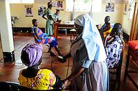 TANZANIA, Korogwe, village Kwalukonge, KWALUKONGE HEALTH CENTRE , consultancy for pregnant women, measure of blood pressure / TANSANIA, Korogwe, KWALUKONGE HEALTH CENTRE, Krankenhaus der Rosminian Fathers und Usambara Sisters in Kwalukonge, Schwangerschaftsberatung, Schwester Sr. JEREMIA, Blutdruckmessung fuer schwangere Frauen