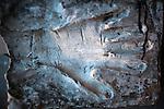 CALCO UTILIZZATO PER CREARE UNA MANO IN CARTAPESTA.<br /> Il carnevale di Gallipoli è tra i più noti della Puglia. La sua tradizione è antichissima ed è documentata, oltre che in atti e documenti settecenteschi, anche da radici folcloristiche che affondano le origini in epoca medioevale, tramandate fino ad oggi dallo spirito popolare. La prima edizione (per come la conosciamo) risale al 1941; nel 2014 sarà l'edizione numero 73.<br /> La manifestazione carnascialesca è organizzata dall' Associazione Fabbrica del Carnevale, nata nel febbraio 2013 con la finalità diorganizzare, promuovere e riportare in auge il Carnevale della Cittàdi Gallipoli. L'Associazione raccoglie al suo interno i maestri cartapestai Gallipolini e tanti giovani artisti, che vogliono valorizzare il Carnevale della città bella. Presidente dell'Associazione è Stefano Coppola.<br /> La manifestazione ha inizio il 17 gennaio, giorno di sant'Antonio Abate (te lu focu = del fuoco), con la Grande Festa del Fuoco, quando si accende con la tradizionale focara, un grande falò di rami d'ulivo. L'ultima domenica di carnevale e il martedì grasso lungo corso Roma, nel centro cittadino, si svolge la sfilata dei carri allegorici in cartapesta e dei gruppi mascherati corso Roma davanti a migliaia di spettatori provenienti da tutta la provincia di Lecce e da città pugliesi. Il tema dell'edizione di quest'anno è un omaggio a Walter Elias Disney.<br /> <br /> CAST USED TO CREATE A HAND IN CARDBOARD.<br /> The Carnival of Gallipoli is among the best known of Puglia. Its tradition is very old and is documented , as well as records and documents in the eighteenth century , as well as folkloric roots that sink their roots in medieval times , handed down today by the popular spirit . The first edition dates back to 1941 and in 2014 will be the edition number 73 .<br /> The carnival is organized by the Association of Carnival Factory , founded in February 2013 with the objective to organize, promote and revive the Carnival
