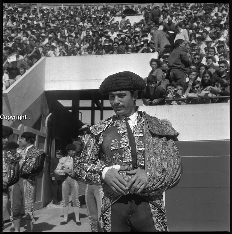 11 Mai 1969. Vue de l'entrée du torero Miguelin dans les arènes de Toulouse.