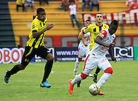 FLORIDABLANCA -COLOMBIA, 14-02-2015:  David Valencia (Izq) jugador de Alianza Petrolera disputa el balón con Yamilson Rivera (Der) de Independiente Santa Fe durante encuentro  por la fecha 4 de la Liga Aguila I 2015 disputado en el estadio Alvaro Gómez Hurtado de la ciudad de Floridablanca./ David Valencia (L) player of Alianza Petrolera fights for the ball with Yamilson Rivera (R) player of Independiente Santa Fe during match for the 4th date of the Aguila League I 2015 played at Alvaro Gomez Hurtado stadium in Floridablanca city. Photo:VizzorImage / Duncan Bustamante / STR