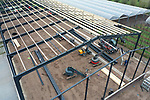 Foto: VidiPhoto<br /> <br /> HERVELD – In Herveld in de Betuwe wordt donderdag hard gewerkt om een ultra moderne sorteer- en koelloods voor de Kerstvakantie wind- en waterdicht te krijgen. In het 1900 vierkante meter grote gebouw langs Rijksweg A50 komt de modernste sorteerlijn voor pruimen van Europa. Met de nieuwe 38 meter lange sorteermachine, die iedere vrucht apart weegt en controleert, verdrievoudigt B&B Fruit zijn productiecapaciteit. Iedere gewenste bestelling van de klant kan op de gram af ingepakt worden. Alle bestaande moderne technieken zijn in de machine verwerkt. De totale investeringskosten bedragen anderhalf miljoen euro. Bouwer van de loods is Van der Grift Bouw en Montage uit Renswoude.