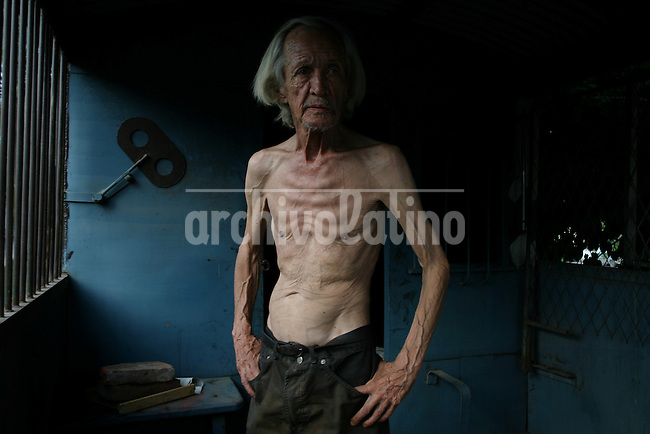 """Photogrqapher Jeremias Gonzalez essay on Argentine   writer Eduardo Perrone. Author of """"common criminal"""" and other books that won him recognition in the 70s, Perrone died in 2009 alone, extremely poor and  abandoned in a railway wagon was their home in the city of Tucuman."""