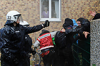 DEUTSCHLAND, Hamburg 2.6. 2012 Polizeieinsatz gegen Antifa Blockaden gegen den NeoNazi Aufmarsch in Wandsbek, Wasserwerfereinsatz und Pfefferspray nach Randalen