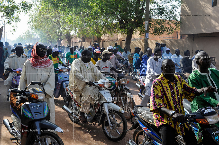 MALI Mopti , The Grand Mosque, commonly called the Mosque of Komoguel, people go home after friday prayer / Grosse Moschee , Menschen fahren mit Zweiraedern nach dem Freitagsgebet heim