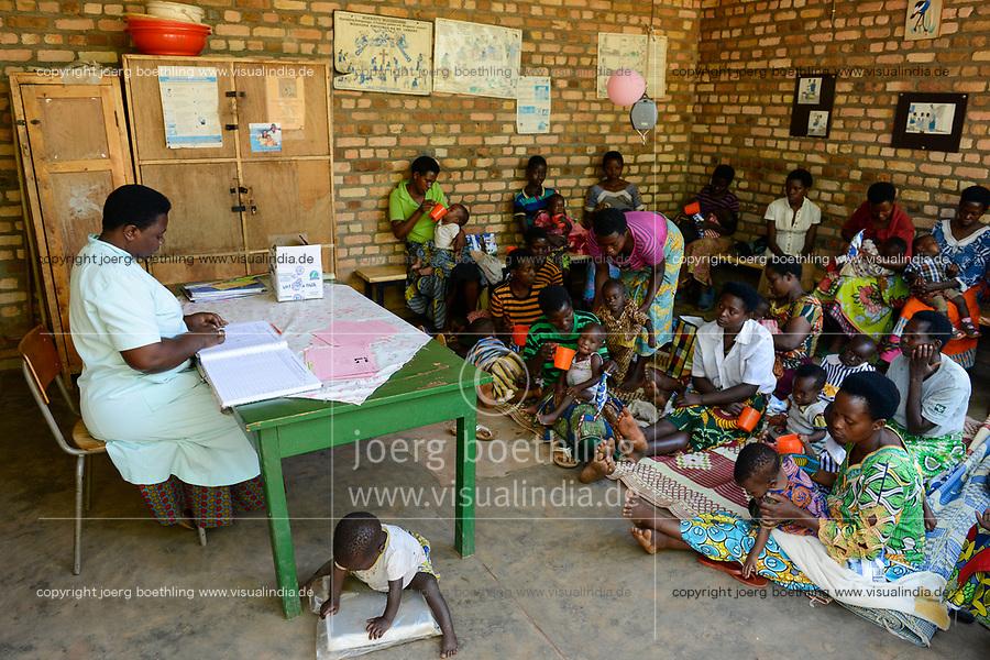 RWANDA, Butare, health center Gikonko, milk distribution to infants / RUANDA, Butare, Institut Saint Boniface, Krankenstation Gikonko, Verteilung von Milch an Muetter mit ihren Babies
