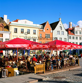 Estonia, capital Tallinn: Old Town, UNESCO World Cultural Heritage, with street cafes   Estland, Hauptstadt Tallinn: Altstadt, UNESCO Weltkulturerbe, mit Strassencafes