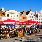 Estonia, capital Tallinn: Old Town, UNESCO World Cultural Heritage, with street cafes | Estland, Hauptstadt Tallinn: Altstadt, UNESCO Weltkulturerbe, mit Strassencafes