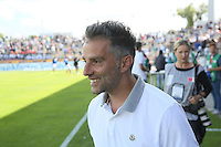 Trainer Thomas Oral (FSV) begrüßt Freunde im Stadion - FSV Frankfurt vs. RB Leipzig, Frankfurter Volksbank Stadion