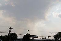Americana (SP), 07/10/2020 - Clima - O Inmet (Instituto Nacional de Meteorologia) emitiu um alerta para a região de Campinas e Piracicaba para risco de morte por hipertermia por conta das altas temperaturas e da baixa umidade relativa do ar. A temperatura em Americana no início da tarde desta quarta-feira (07) chegou à casa dos 39 graus, com umidade de 15%. Na foto Nuvem de poluição cobre raios solares proximo a rodovia Anhanguera na cidade de Americana (SP).