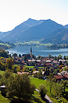 Deutschland, Bayern, Oberbayern, Markt Schliersee: Ort und gleichnamiger See mit St. Sixtus Kirche, beliebtes Ausflugsziel zwischen dem Inntal und dem Tegernseer Tal, Schlierseer Berge, Mangfallgebirge | Germany, Bavaria, Upper Bavaria, Schliersee: small town and popular climatic health resort with St. Sixtus Church at Lake Schliersee, Schliersee mountains