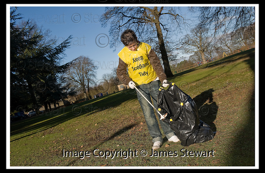 """01/02/2010  Copyright  Pic : James Stewart.09_dollar_park  .::  """" FRIENDS OF DOLLAR PARK """" LITTER PICK : SUNDAY 31ST JANUARY 2010 :: .James Stewart Photography 19 Carronlea Drive, Falkirk. FK2 8DN      Vat Reg No. 607 6932 25.Telephone      : +44 (0)1324 570291 .Mobile              : +44 (0)7721 416997.E-mail  :  jim@jspa.co.uk.If you require further information then contact Jim Stewart on any of the numbers above........."""
