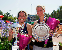 Netherlands, Amstelveen, August 23, 2015, Tennis,  National Veteran Championships, NVK, TV de Kegel,  awards ceremony woman 40+ : Winner Eva Haslinghuis (L) and runner up Caroline de Vries<br /> Photo: Tennisimages/Henk Koster