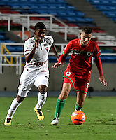 CALI - COLOMBIA – 13 -02-2017: Juan Rodriguez (Der.) jugador de Cortulua, disputa el balón con Raul Loaiza (Izq.) jugador de Patriotas FC, durante partido entre Cortulua y Patriotas FC, por la fecha 3 de la Liga Aguila I 2017 jugado en el estadio Pascual Guerrero de la ciudad de Cali. / Juan Rodriguez (R) of player of Cortulua vies for the ball with Raul Loaiza (L), player of Patriotas FC, during a match Cortulua and Patriotas FC, for the date 3 of the Liga Aguila I 2017 played at the Pascual Guerrero stadium in Cali city. Photo: VizzorImage / Luis Ramirez / Staff.