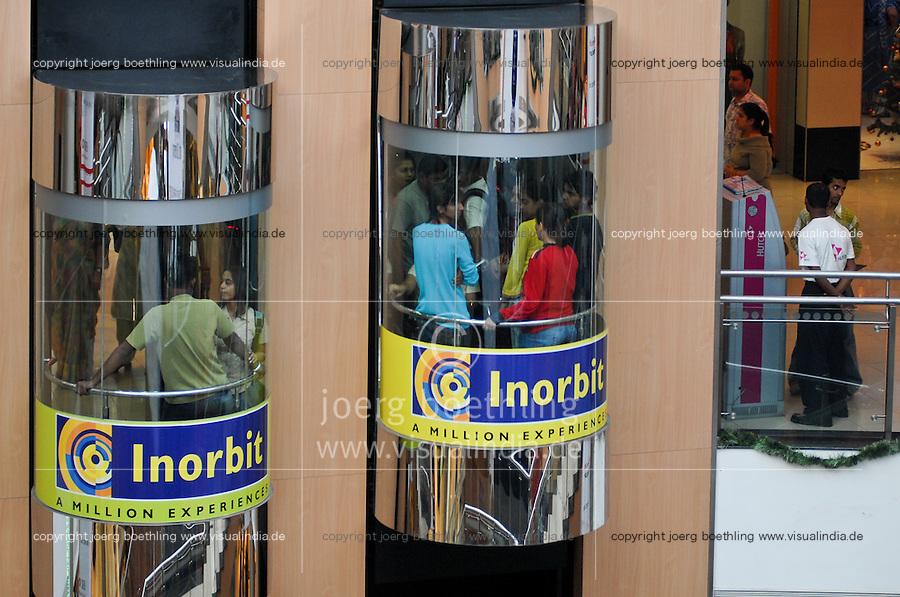 INDIA Mumbai Bombay , young employees from a nearby callcenter in a lift in shopping mall in surburban Malad / INDIEN Mumbai , junge Beschaeftigte aus einem benachbarten callcenter beim shoppen in einer Mall in Malad