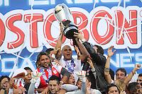 BOGOTÁ-COLOMBIA-27-01-2013. Omar Pérez de Santa Fe, levanta la copa de campeón. Omar Pérez, Santa Fe player lifted the champions cup.  (Photo: VizzorImage/ Felipe Caicedo