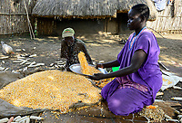 ETHIOPIA, Gambela, village Gog Dipach, maize harvest, woman winnowing corn to seperate corn from chaff / AETHIOPIEN, Gambela, Dorf GOG DIPACH der Ethnie ANUAK, Maisernte, Frau trennt Spreu vom Maiskorn