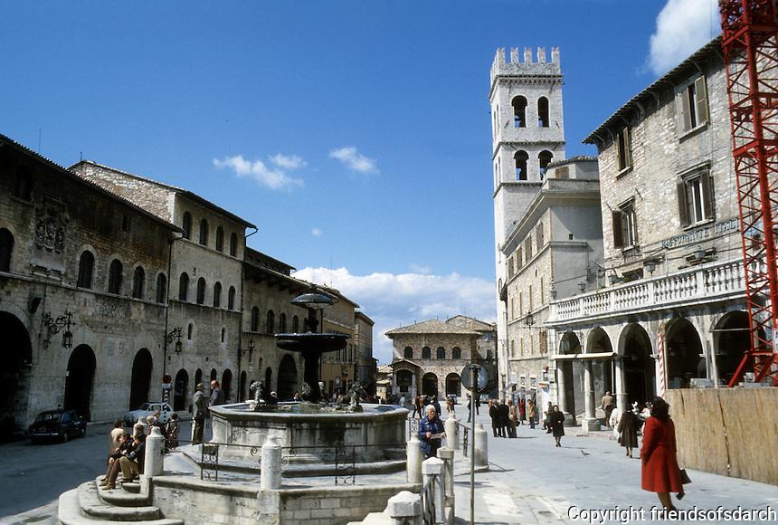 Assisi: Piazza Del Commune. Photo '85.