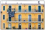 Milano 25 aprile2020. Navigli, striscioni ai balconi al tempodella quarantena