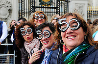 GREAT BRITAIN, London, women group with number 50 as goggles on birthday trip  / GROSSBRITANNIEN, London, Frauen mit Zahl 50 als Brille auf Geburtstag Trip