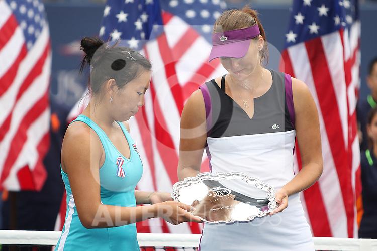11.09.2011, Flushing Meadows, New York, USA, WTA Tour, US Open, Finale im Doppel der Damen, im Bild v.r. n. l.  VANIA KING  (USA), YAROSLAVA SHVEDOVA (KAZ) HOLDING TROPHIES. // during WTA Tour US Open tennis tournament at Flushing Meadows, women dubles final, New York, USA on 11/09/2011. EXPA Pictures © 2011, PhotoCredit: EXPA/ Newspix/ Marek Janikowski +++++ ATTENTION - FOR AUSTRIA/(AUT), SLOVENIA/(SLO), SERBIA/(SRB), CROATIA/(CRO), SWISS/(SUI) and SWEDEN/(SWE) CLIENT ONLY +++++