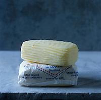 Europe/France/Bretagne/35/Ille-et-Vilaine : Beurre de baratte demi-sel façonné main chez Jean-Yves Bordier - Stylisme : Valérie LHOMME