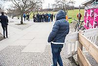 """Nach seinen herablassenden und umstrittenen Aeusserungen ueber Berlin besuchte der Tuebinger Oberbuergermeister Boris Palmer am Mittwoch den 20. Februar 2019 auf Einladung des CDU-Fraktionsvorsitzenden im Abgeordnetenhaus, Burkhard Dregger, u.a. den Goerlitzer Park. Der Park wird als sog. """"Kriminalitaetsschwerpunkt"""" bezeichnet und Ort, an dem Marihuana verkauft wird. Sein Besuch im Park wurde von mehreren dutzend Journalisten begleitet.<br /> Im Bild: Ein Anwohner betrachtet am Parkeingang die Gruppe Journalisten, die Boris Palmer und Burkhard Dregger umringen.<br /> 20.2.2019, Berlin<br /> Copyright: Christian-Ditsch.de<br /> [Inhaltsveraendernde Manipulation des Fotos nur nach ausdruecklicher Genehmigung des Fotografen. Vereinbarungen ueber Abtretung von Persoenlichkeitsrechten/Model Release der abgebildeten Person/Personen liegen nicht vor. NO MODEL RELEASE! Nur fuer Redaktionelle Zwecke. Don't publish without copyright Christian-Ditsch.de, Veroeffentlichung nur mit Fotografennennung, sowie gegen Honorar, MwSt. und Beleg. Konto: I N G - D i B a, IBAN DE58500105175400192269, BIC INGDDEFFXXX, Kontakt: post@christian-ditsch.de<br /> Bei der Bearbeitung der Dateiinformationen darf die Urheberkennzeichnung in den EXIF- und  IPTC-Daten nicht entfernt werden, diese sind in digitalen Medien nach §95c UrhG rechtlich geschuetzt. Der Urhebervermerk wird gemaess §13 UrhG verlangt.]"""