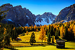 Italien, Suedtirol (Trentino - Alto Adige), St. Martin in Thurn - Ortsteil und Bergsteigerdorf Campill (Longiarù) im Campilltal: Weiler Seres im Muehlental, in ladinischer Sprache 'Val di Morins' vor der Puezgruppe | Italy, South Tyrol (Trentino - Alto Adige), Campill Valley (Val di Longiarù): mountain village Campill (Longiarù) - hamlet Seres at Mill Valley 'Val di Morins' with Puez mountains (Gruppo del Puez)