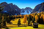 Italien, Suedtirol (Trentino - Alto Adige), St. Martin in Thurn - Ortsteil und Bergsteigerdorf Campill (Longiarù) im Campilltal: Weiler Seres im Muehlental, in ladinischer Sprache 'Val di Morins' vor der Puezgruppe | Italy, South Tyrol (Trentino - Alto Adige), Campill Valley (Val di Longiarù): mountain village Campill (Longiarù) - hamlet Seres at Mill Valley 'Val di Morins' with Puez mountains (Gruppo del Puez)