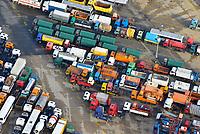 """High & Heavy-Gueter Uni Kai Hamburg: EUROPA, DEUTSCHLAND, HAMBURG (EUROPE, GERMANY), 02.02.2013:  Bei den """"High & Heavy""""-Guetern handelt es sich um Baumaschinen, Bagger, Kettenfahrzeuge, Autokrane, landwirtschaftliche Geraete, Traktoren, Maehdrescher und andere Erntemaschinen, Lkw, Zugmaschinen und auch Lokomotiven. Warten auf Verschiffung nach Afrika."""