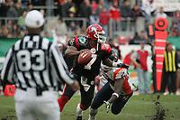 Shane Boyd (Quarterback Cologne Centurions) verfolgt von Darrell Lee (Defensive End Amsterdam Admirals)