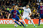 Ivan Rakitic of FC Barcelona fights for the ball with Karim Benzema of Real Madrid during the La Liga 2017-18 match between FC Barcelona and Real Madrid at Camp Nou on May 06 2018 in Barcelona, Spain. Photo by Vicens Gimenez / Power Sport Images