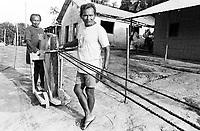 Corda  artesanal produzida por Índios Werekena no alto rio Xié, com fibras de piaçaba(Leopoldínia píassaba Wall). Os werekena usam um equipamento rudimentar que permite controlar as medidas da corda produzida.  A fibra , um dos principais produtos geradores de renda na região é coletada de forma rudimentar. Até hoje é utilizada na fabricação de cordas para embarcações, chapéus, artesanato e principalmente vassouras, que são vendidas em várias regiões do país.<br />Alto rio Xié, fronteira do Brasil com a Colômbia a cerca de 1.000Km oeste de Manaus.<br />06/06/2002.<br />Foto: Paulo Santos/Interfoto Expedição Werekena do Xié<br /> <br /> Os índios Baré e Werekena (ou Warekena) vivem principalmente ao longo do Rio Xié e alto curso do Rio Negro, para onde grande parte deles migrou compulsoriamente em razão do contato com os não-índios, cuja história foi marcada pela violência e a exploração do trabalho extrativista. Oriundos da família lingüística aruak, hoje falam uma língua franca, o nheengatu, difundida pelos carmelitas no período colonial. Integram a área cultural conhecida como Noroeste Amazônico. (ISA)