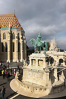 Statue des hl. Stephan vor Matthiaskirche, Mátyás templon und Fischerbastei auf dem Burgberg in Buda, Budapest, Ungarn, UNESCO-Weltkulturerbe