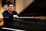 Foto: VidiPhoto<br /> <br /> TILBURG – Portret van de bekende pianist Hendrik Jan van der Heiden tijdens geluids- en video-opnamen in de Cenakel in Tilburg. Van der Heiden is opgeleid door nationaal bekende organisten en pianisten en heeft inmiddels dertien CD's voor piano en orgel op zijn naam staan. De Apeldoornse vituoos componeert zelf maar speelt ook bewerkingen van bekende en minder bekende christelijke en klassieke muziek. Indrukwekkend zijn vooral ook zijn improvisaties.