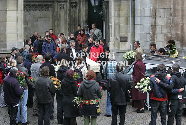 nijmegen 221105 ondergrote belangstelling wordt de kist van louis seveke de dtevenskerk uitgedragen op weg naar zijn laatste rustplaats.<br />foto frans ypma APA-foto