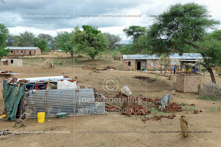 Zambia, Sinazese, village Nkandabbwe, chinese Collum coal mine, villager in resettlement / SAMBIA, Dorfbewohner mußten der chinesischen Collum Kohlemine weichen und wurden umgesiedelt