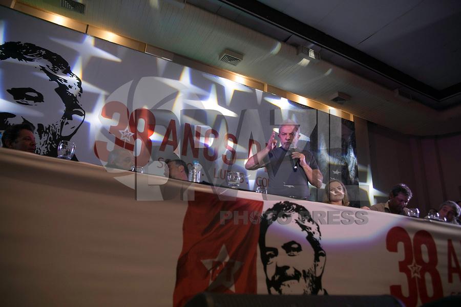 SAO PAULO, SP, 22.02.2018 - LULA-SP - <br /> O ex-presidente Lula acompanhado da presidente do PT, senadora Gleisi Hoffmann, durante  ato em comemoracao dos 38 anos de fundação Partido dos Trabalhadores  (PT) na Casa de Portugal no centro da cidade de Sao Paulo nesta quinta-feira, 22. (Foto: Cica Neder/Brazil Photo Press)