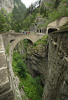 Blick in die Tiefe an der Viamala Schlucht in der Schweiz. Touristen können einen steilen Pfad vom Besucherzentrum aus entlang hinabsteigen.<br /> Viamala oder Via Mala bezeichnet einen früher berüchtigten, rund acht Kilometer langen Wegabschnitt entlang des Hinterrheins zwischen Thusis und Zillis-Reischen im Schweizer Kanton Graubünden