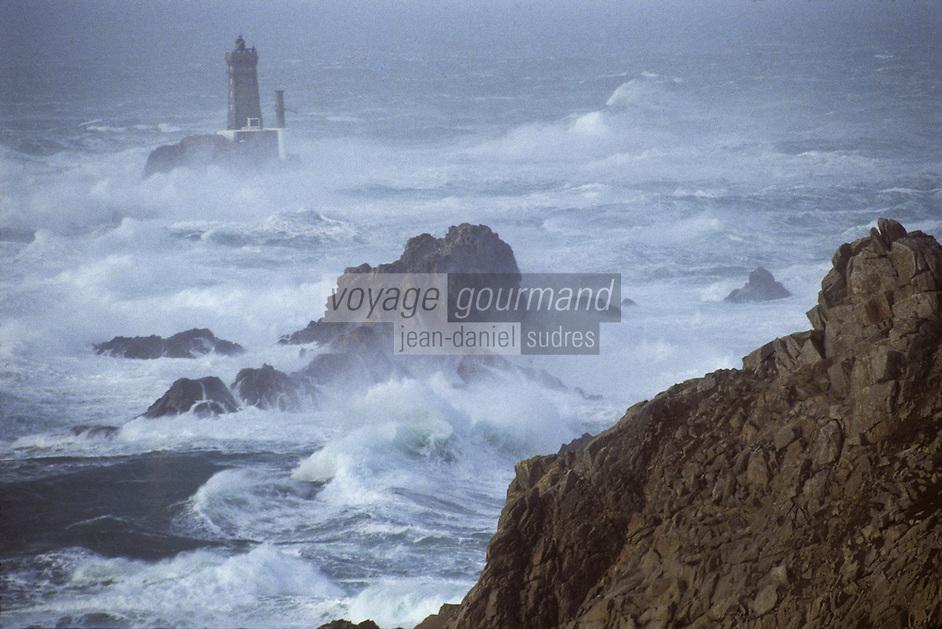 Europe/France/Bretagne/29/Finistère/Pointe du Raz: Tempête et Phare de la Vieille